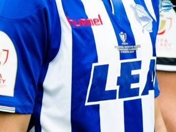 Detalle de la camiseta del Alavés para la final de la Copa del Rey