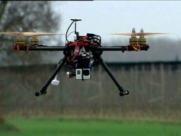 Frame 0.0 de: Frenan una atracción en Tarragona por el vuelo cercano de un dron