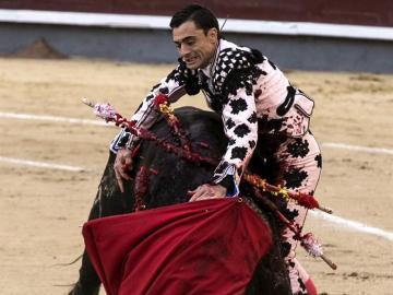 El diestro Paco Ureña da un pase a uno de sus toros en la tradicional corrida goyesca del 2 de mayo en la monumental de Las Ventas,