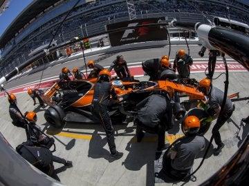 Fernando Alonso realiza una parada en el pit lane en el trazado de Sochi
