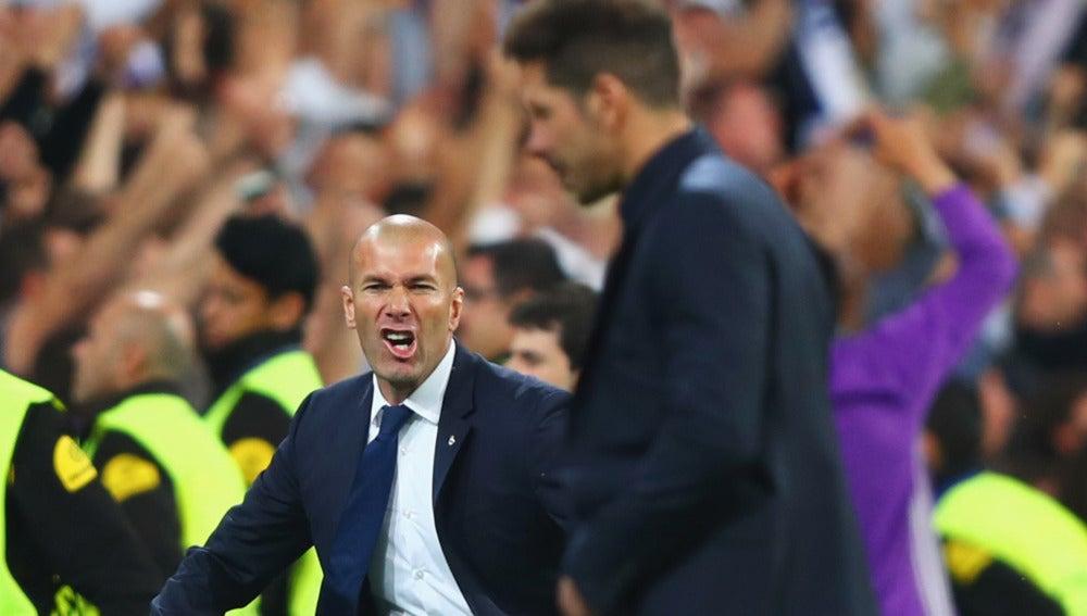 Zidane celebra un gol ante un cabizbajo Simeone