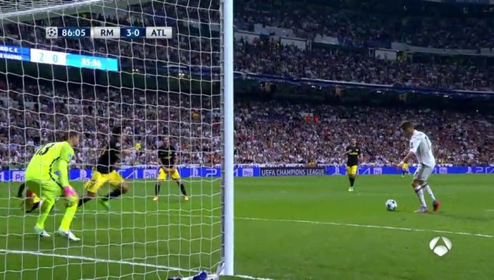 Frame 64.907141 de: Cristiano logra el 'hat-trick' ante el Atlético tras una gran incursión de Lucas Vázquez en el área