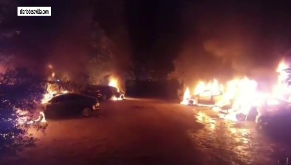 Frame 24.520115 de: Incendiados nueve coches de Cabify que reforzaban los servicios en la Feria de Sevilla