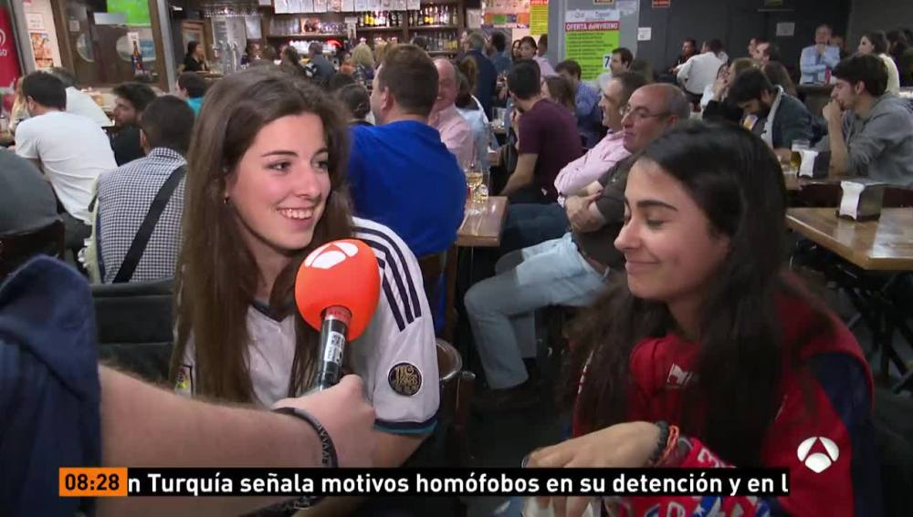 Aficionados del Madrid y el Atlético en un bar de Madrid