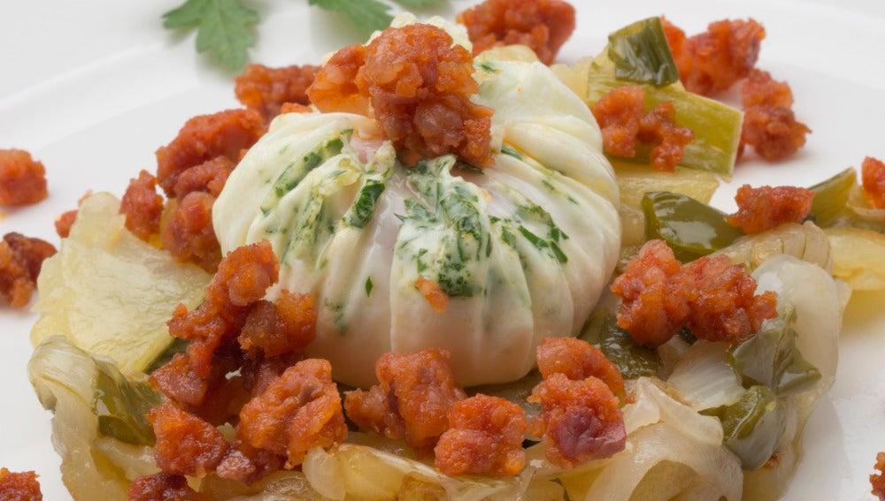 Timbal de patatas, huevo y txistorra