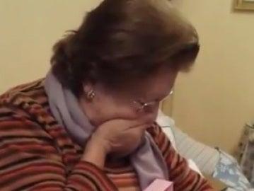 La reacción de una mujer al recibir una muñeca
