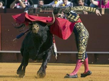 El diestro Juan José Padilla con el primer toro de la tarde