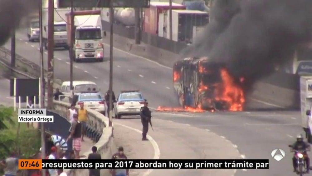 Frame 20.532857 de: Una redada contra narcotraficantes en Brasil acaba con una violenta respuesta en las calles de Río de Janeiro