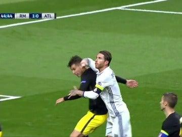 Frame 1.655521 de: Sergio Ramos dio un codazo a Lucas en un córner