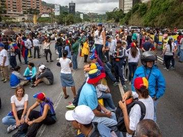 Estudiantes venezolanos se manifiestan contra el gobierno de Nicolás Maduro
