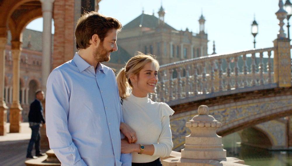 Carmen y Horacio pasean por la Plaza de españa en Sevilla