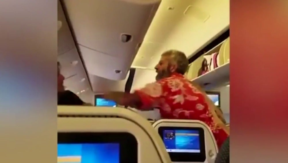 Frame 58.41775 de: Brutal pelea entre dos pasajeros de un avión