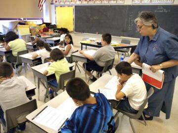 Niños durante un examen