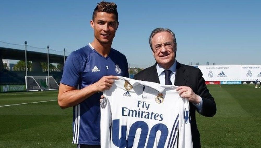 Cristiano Ronaldo posa junto a Florentino Pérez y su camiseta por los 400 goles