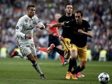 Cristiano Ronaldo trata de marcharse de Godín