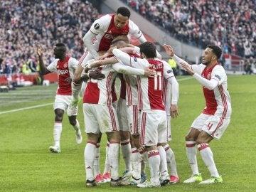 Los jugadores del Ajax celebran uno de los cuatro goles contra el Lyon