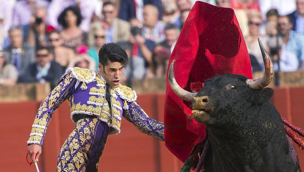El diestro Alejandro Talavante con su primer toro de la tarde