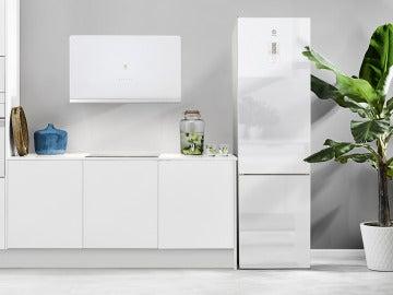 Cocina con electrodomésticos en cristal blanco