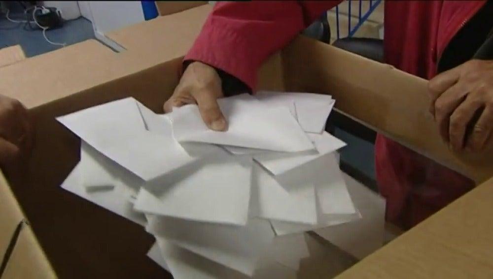 Frame 14.895422 de: La Generalitat licitará la adquisición de 8.000 urnas para el referéndum