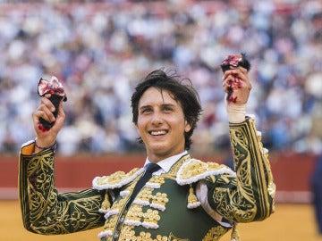 El diestro peruano Andrés Roca Rey da la vuelta al ruedo con las dos orejas cortadas al primero de su lote