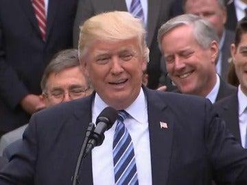 Frame 15.495625 de: Trump celebra la aprobación del plan alternativo al sistema sanitario de Obama