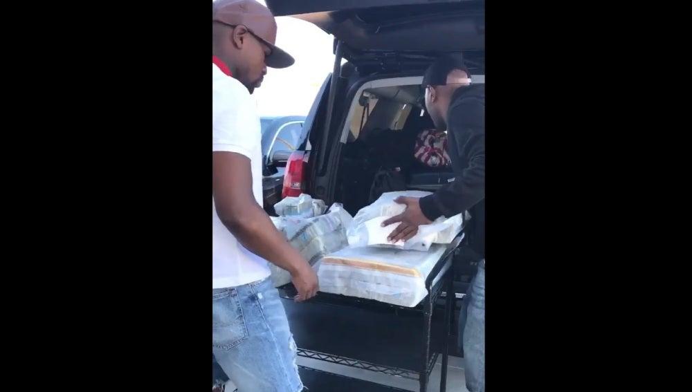 Floyd Mayweather transporta su dinero en un carro