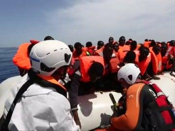 Frame 8.155252 de: Cientos de personas procedentes de Libia rescatadas en el Mediterráneo en las últimas horas