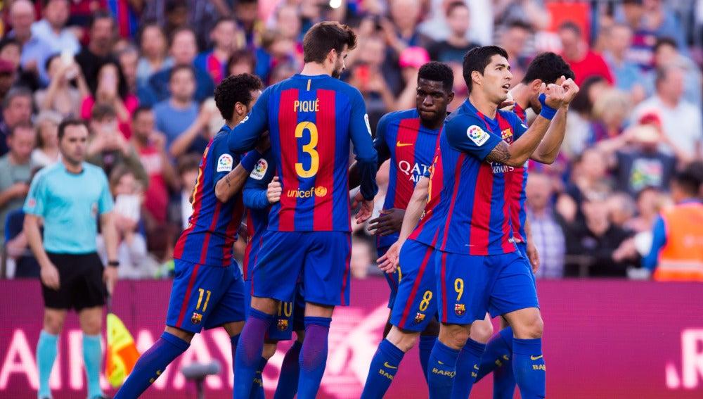 Gerard Piqué celebra con sus compañeros un gol al Villarreal