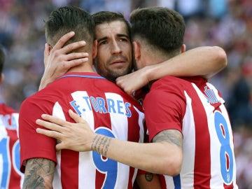 Torres, Gabi y Saúl celebran un gol del Atlético