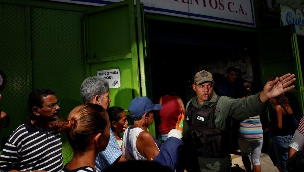 Largas colas en Venezuela para adquirir alimentos básicos