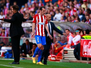 Diego Godín se marcha del terreno de juego tras ser expulsado por Fernández Borbalán