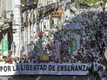 Miles de personas tiñen de blanco el centro de Valencia para reivindicar la educación concertada