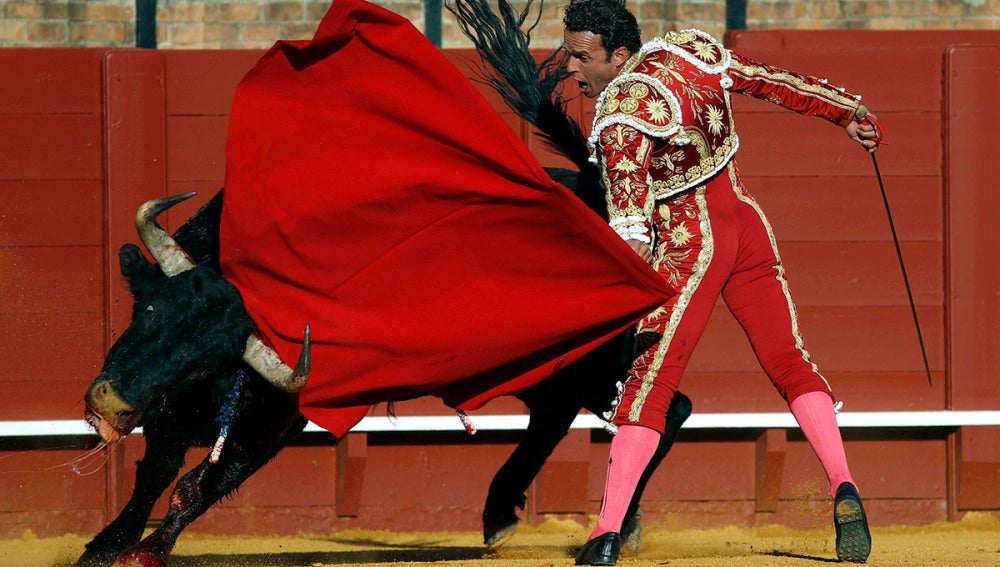 El torero Antonio Ferrera da un pase con la muleta al primero de su lote