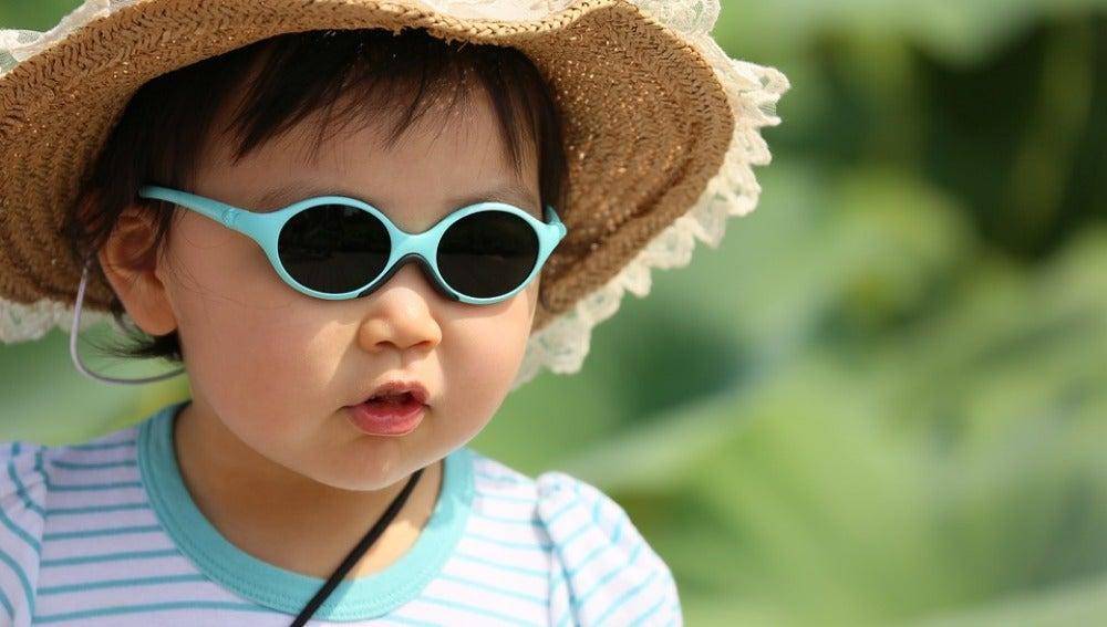 Proteger a los niños del sol con gafas, esencial para evitar enfermedades futuras