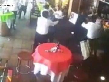 Frame 3.032827 de: La pelea en la comunión de Puente Tocinos fue grabada por una cámara de seguridad