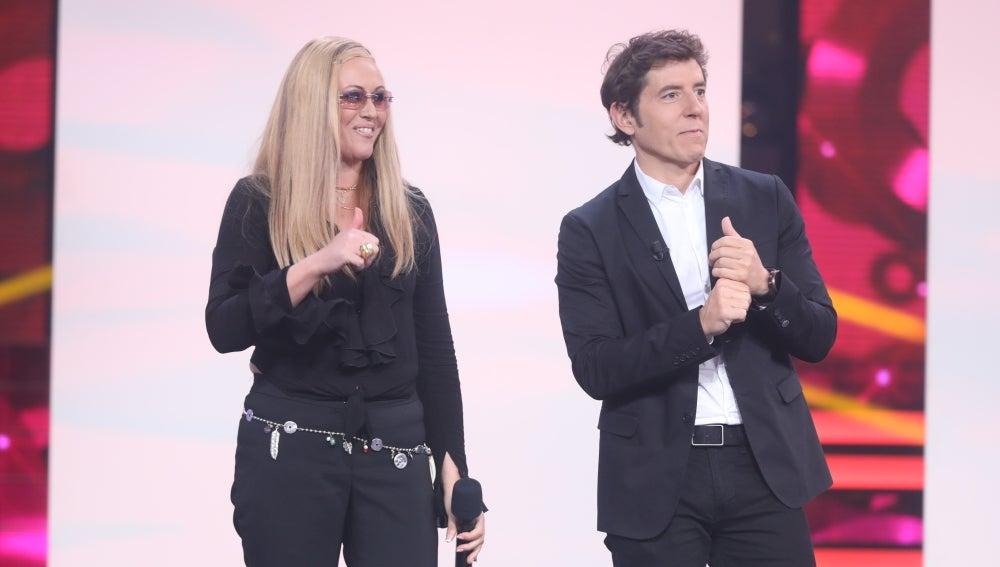 El jurado da la enhorabuena a Rudy en su actuación como Anastacia