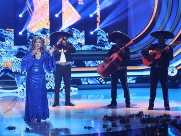 Carmen Cuartero inunda de emociones cantando 'Amor eterno', de Rocío Dúrcal