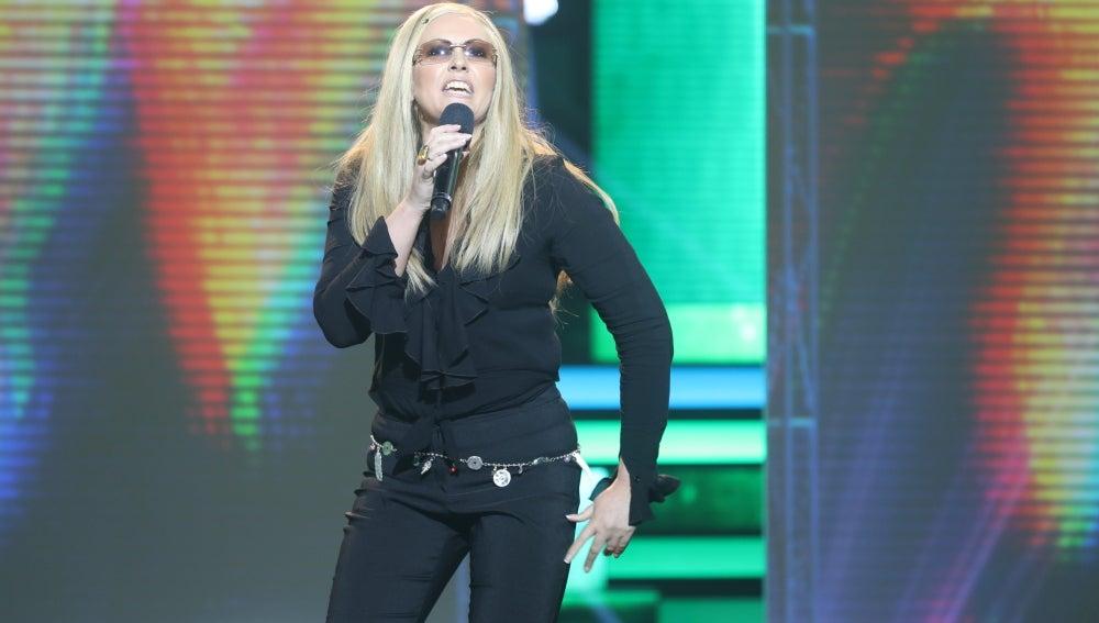 Rudy Black irrumpe en el plató como Anastacia con la canción 'Paid my dues'