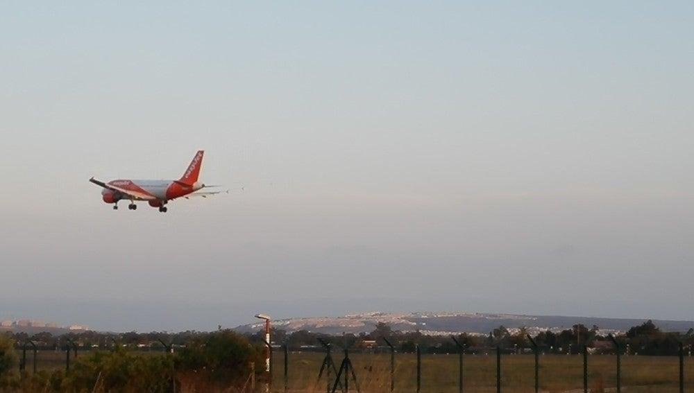 Avión aterrizando en el Aeropuerto Alicante-Elche.
