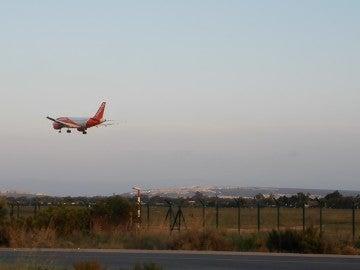 Avión aterrizando en el Aeropuerto Alicante/Elche.