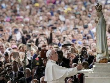 El papa Francisco reza en el interior de la capilla del santuario de Fátima, en Portugal