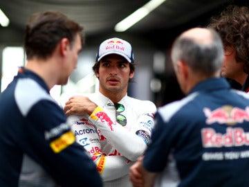 Carlos Sainz, hablando con sus mecánicos en Montmeló