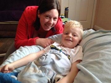Helen junto a su hijo en el hospital