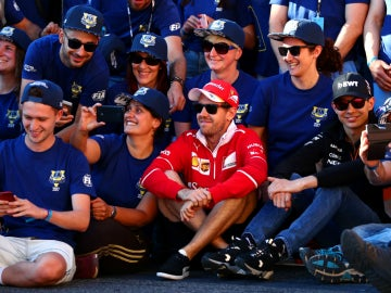 Vettel, rodeado de gente