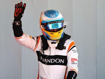 Fernando Alonso celebra con la afición su séptimo puesto