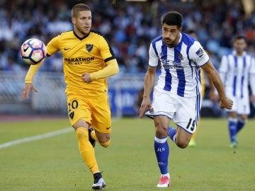 Keko y Yuri Berchiche disputan el balón en el Real Sociedad - Málaga