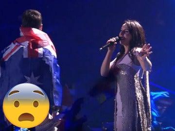 Un espontáneo hace un 'calvo' en la actuación de Jamala, ganadora de Eurovisión 2016, en directo