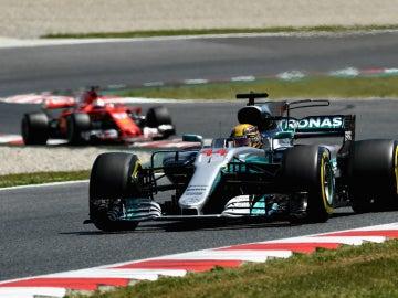 Hamilton rueda delante de Vettel