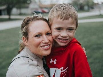 Oficial de policía con el niño al que va a donar un riñón