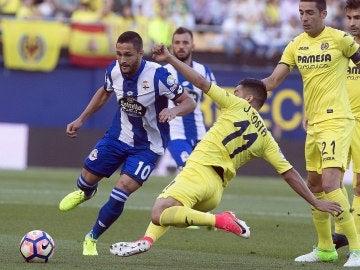 Jaume Costa intenta robar el balón a Florin Adone